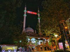 Sultanbeyli Abdurrahmangazi Camii'ne özel dev LED Türk Bayrağı