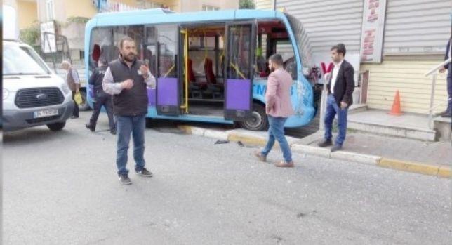 Yolcu dolu minibüs duvara çaptı