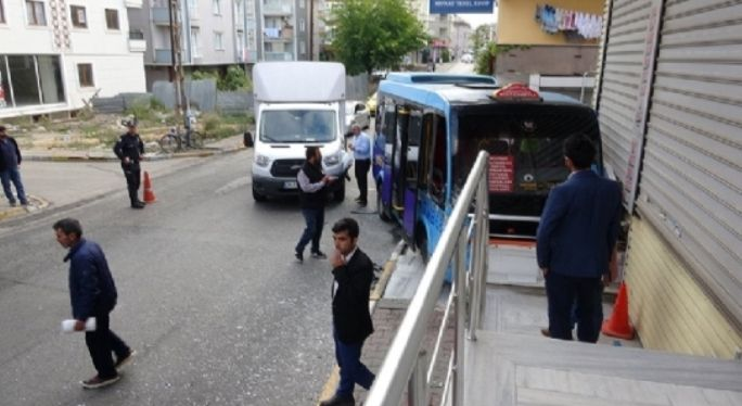Sancaktepe'de kamyonet ve minibüs kafa kafaya çarpıştı