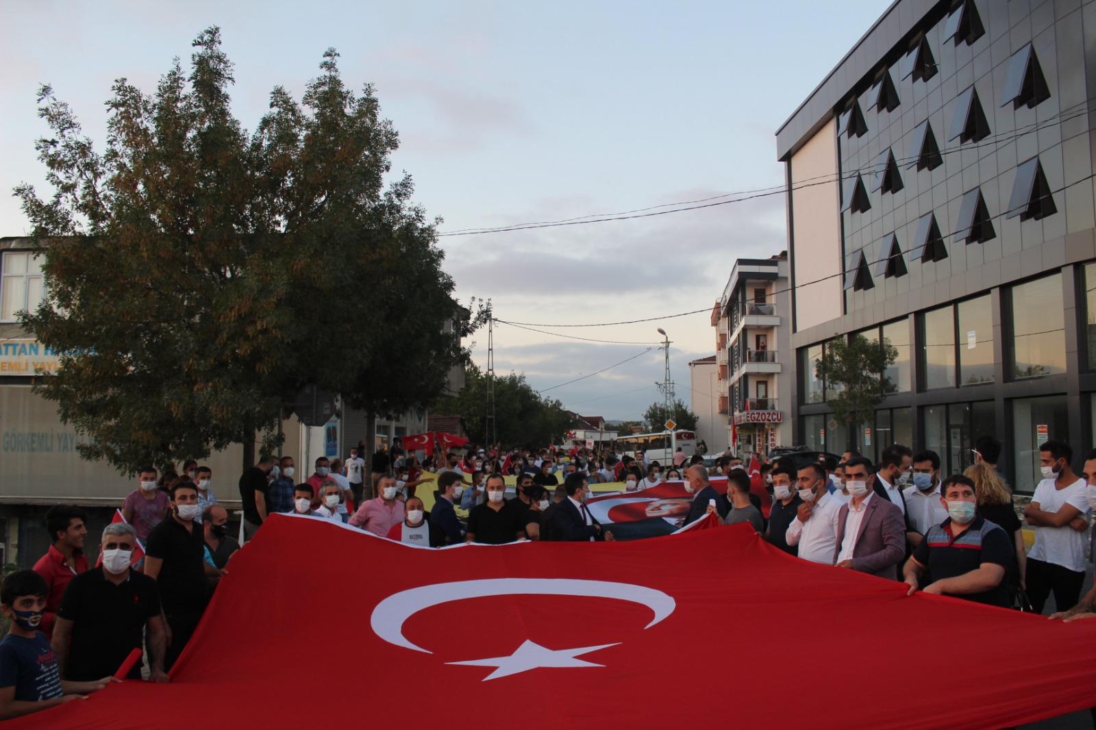CHP Sancaktepe ilçe Başkanlığı tarafından 30 Ağustos Zafer Bayramı kutlamaları kapsamında meşaleli yürüyüş düzenlendi.